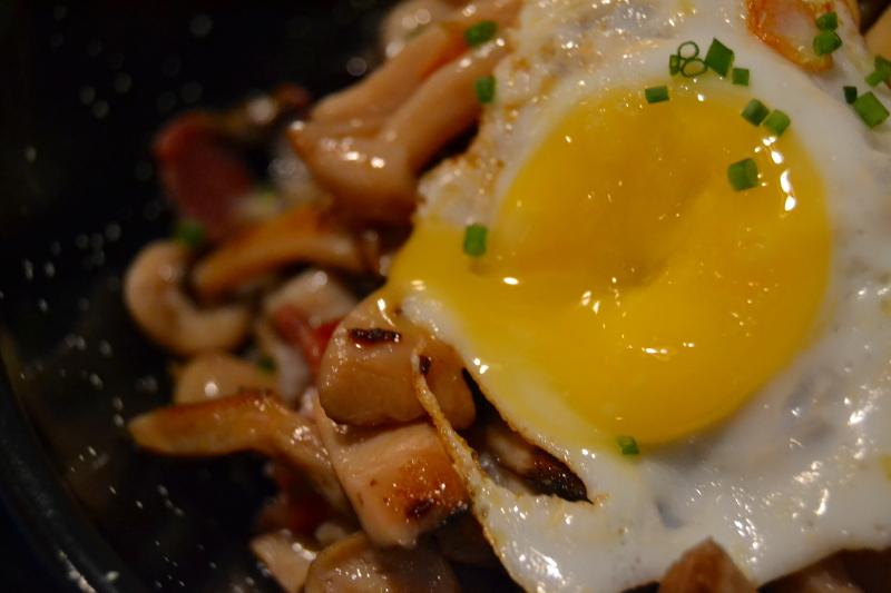 cazuela-de-setas-con-jamon-huevos-de-codorniz