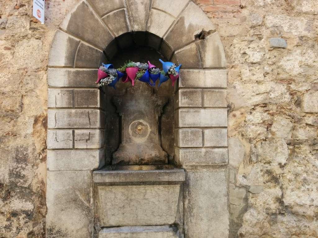 Fuente de piedra con adornos