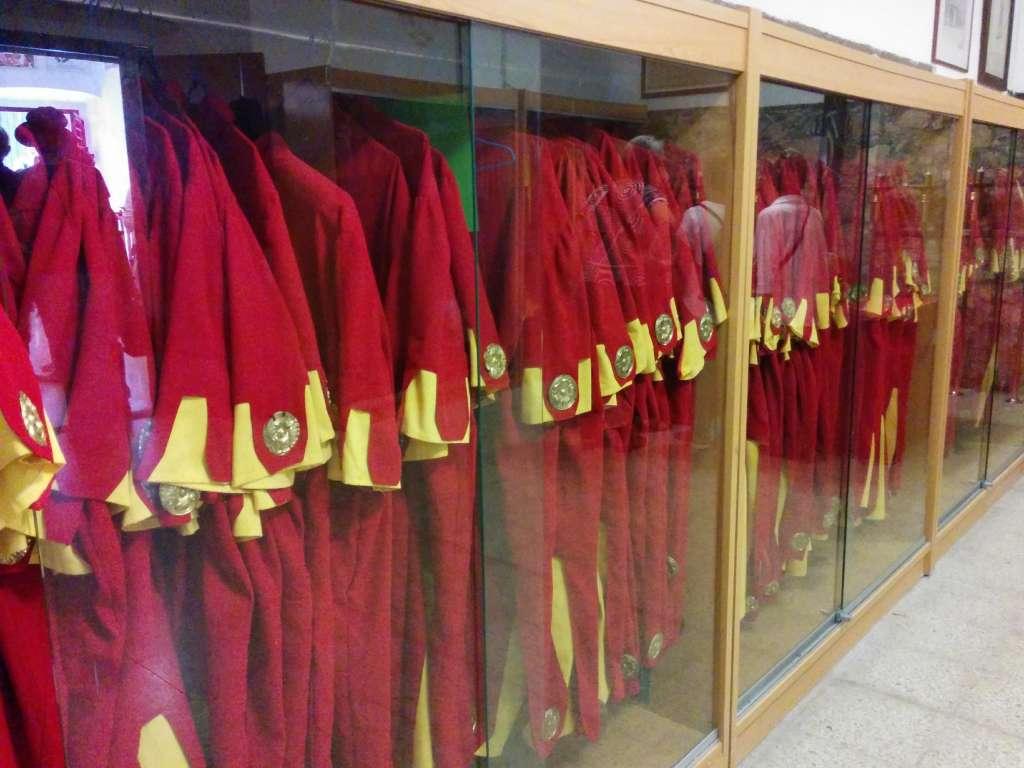 Vestido rojo y oro